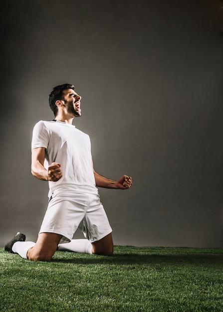 Спортсмен кричит, радуясь победе Бесплатные Фотографии