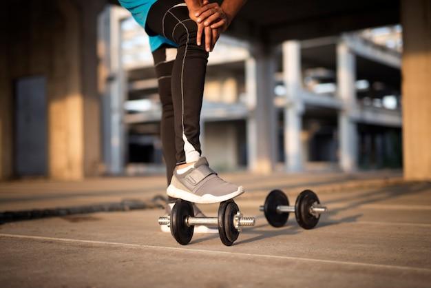 Allenamento sportivo con i pesi Foto Gratuite