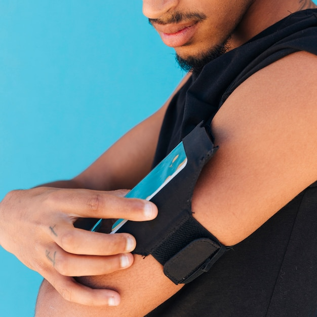 Sportsman using phone in case on arm Free Photo