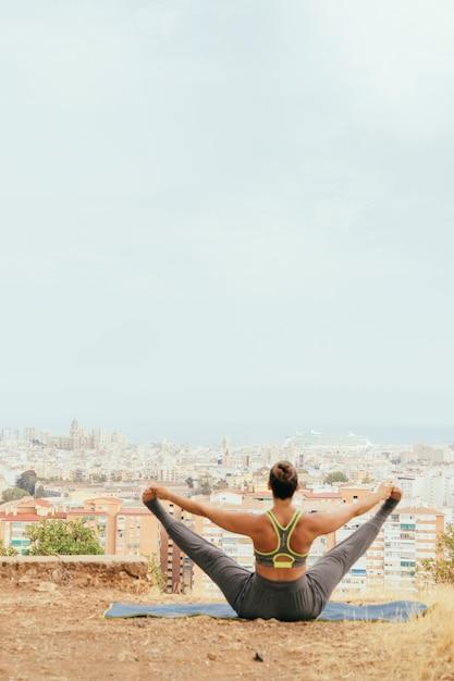 Sportswoman che allunga le gambe Foto Gratuite