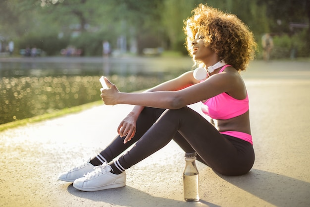 Sporty fit afro girl Premium Photo