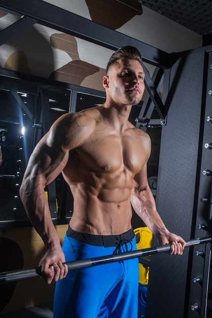 Sporty man with big muscles fitness abdominal press Premium Photo