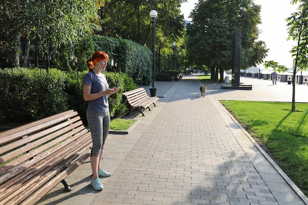 Спортивная женщина с игроком в парке Premium Фотографии