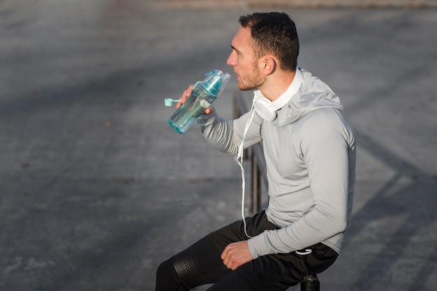 Sporty young man drinking water Free Photo