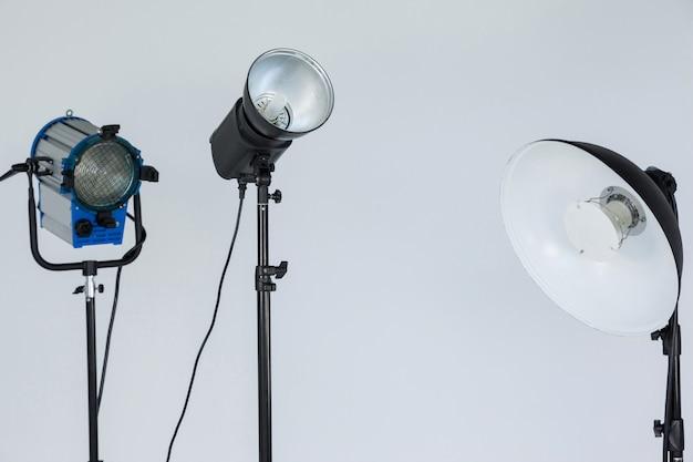Прожекторы размещены вместе в фотостудии Premium Фотографии