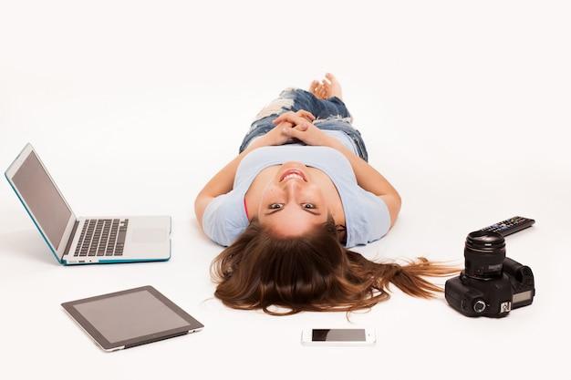 Sprawl girl in studio with laptop Free Photo