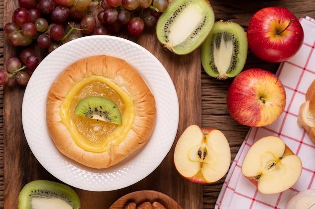 Намазать хлеб вареньем и выложить киви и виноград. Бесплатные Фотографии