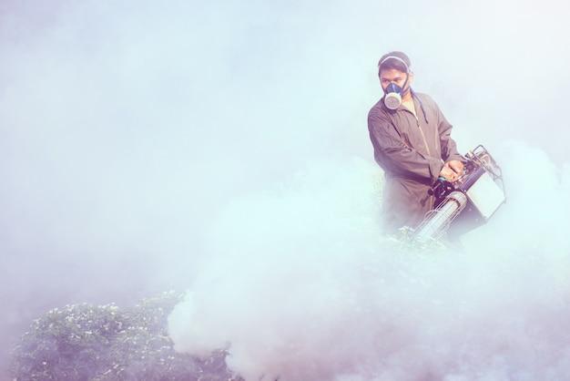 デング熱とジカウイルスのspread延を防ぐために蚊を排除するために作業する霧 Premium写真
