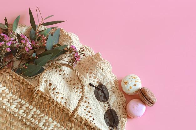 ピンクのテーブルの上の春のアクセサリーと服 無料写真