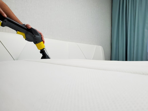 Генеральная или регулярная уборка. почистить матрас. Premium Фотографии