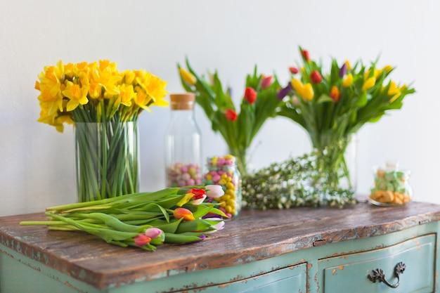 Весенние цветы на деревянном столе Premium Фотографии