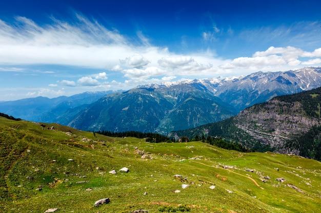 Spring in kullu valley in himalaya mountains. himachal pradesh, india Premium Photo