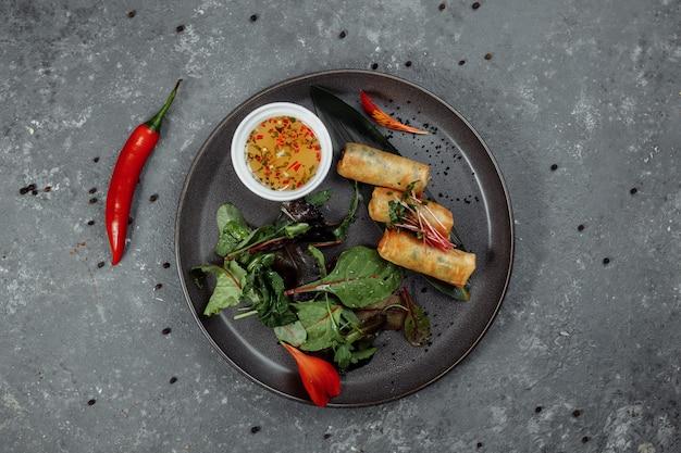 エビと甘いチリソースの春巻き。アジア料理。 Premium写真