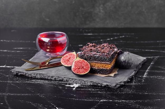 Una fetta quadrata di cheesecake al cioccolato con fichi e vino. Foto Gratuite