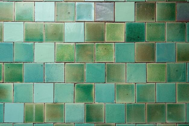 청록색 톤의 격자로 배열 된 정사각형 타일 패턴 프리미엄 사진