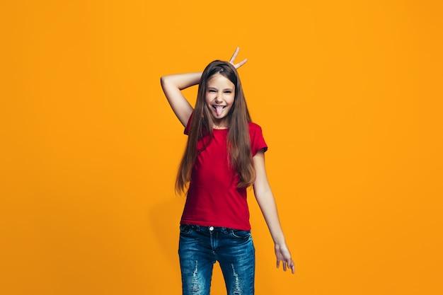La ragazza teenager dagli occhi socchiusi con un'espressione strana Foto Gratuite