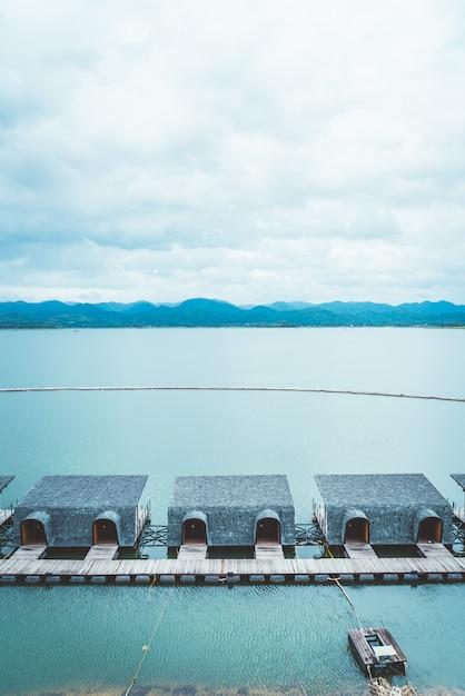 Сринагаринд плотина с облачным небом Premium Фотографии