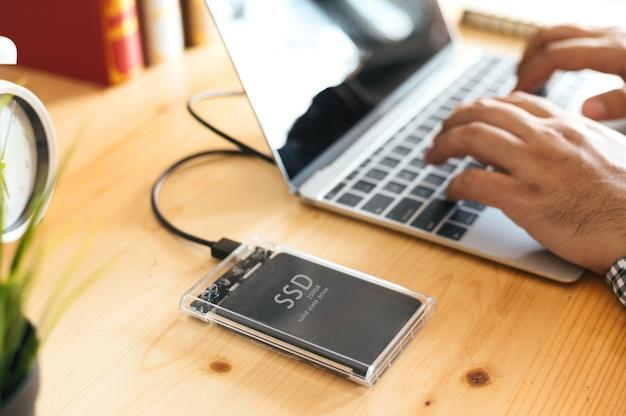 Ssdおよびラップトップ、sata 6 gb接続のソリッドステートドライブ Premium写真