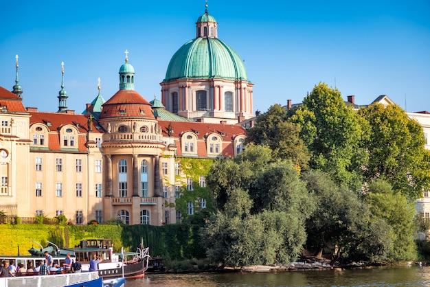 ヴルタヴァ川の向こうから見た聖フランシスコアッシジ教会。プラハ、チェコ共和国。 Premium写真