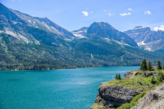 モンタナ州のグレイシャー国立公園のセントメアリーレイク Premium写真