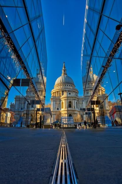 ガラス張りの2つの建物に反射したセントポール大聖堂 Premium写真