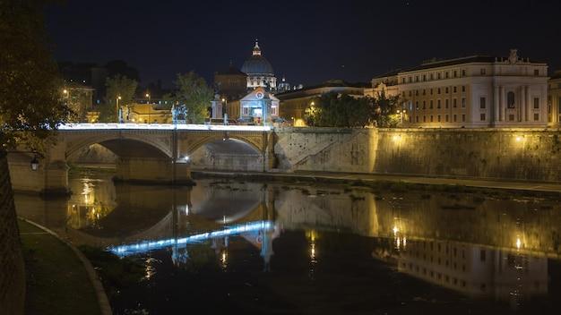 サンピエトロ大聖堂、美しい夜のサンタンジェロ橋 Premium写真