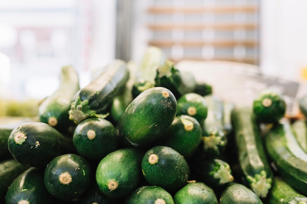 Pila di zucchine verdi Foto Gratuite