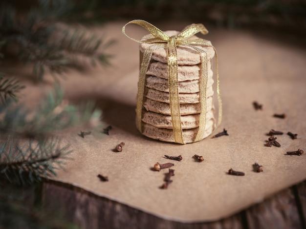 Pila di biscotti fatti in casa nel periodo natalizio Foto Gratuite