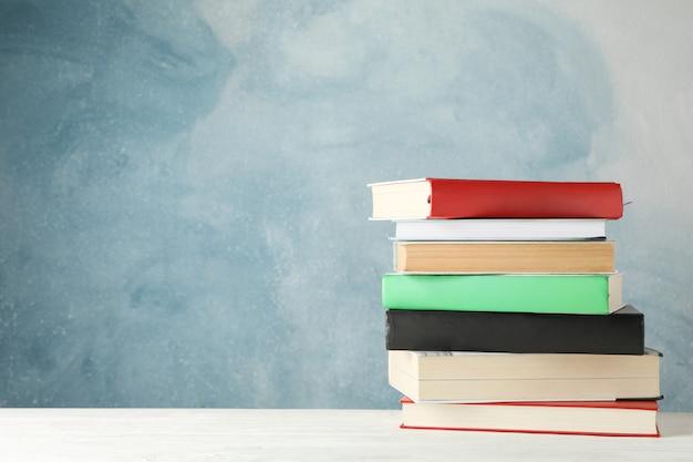 青色の背景、テキスト用のスペースに対して書籍のスタック Premium写真