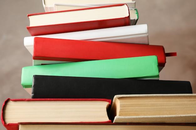 茶色の背景に対して書籍のスタックをクローズアップ Premium写真