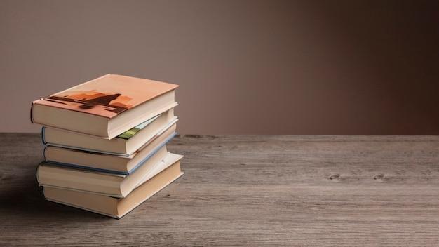 Стек книг и пространства справа Premium Фотографии