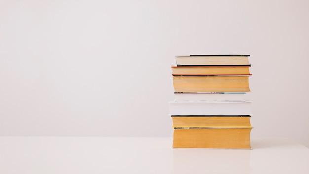 Стек книг на белом Бесплатные Фотографии