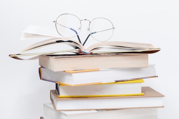 Стопка книг в очках Premium Фотографии