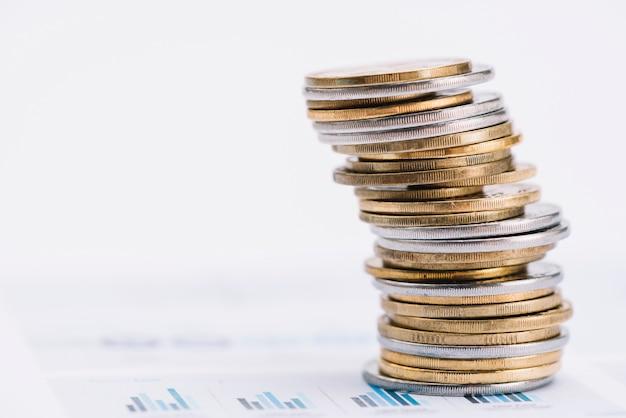 Стек монет на графике Premium Фотографии