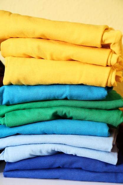 인쇄, 근접 촬영을 위해 준비된 화려한 티셔츠의 스택 프리미엄 사진