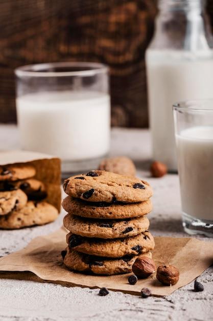 Стопка вкусного печенья рядом со стаканом молока Бесплатные Фотографии