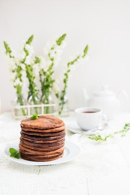 Стек домашних шоколадных блинов на завтрак Premium Фотографии