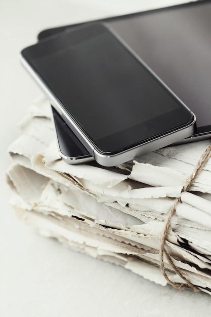 Стопка газет с цифрового планшета и смартфона Бесплатные Фотографии