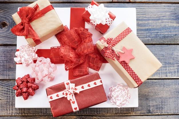 빨간색과 흰색 크리스마스 선물의 스택 무료 사진