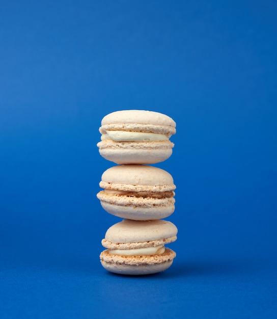 Стопка белых круглых печеных миндальных пирожных с макаронами Premium Фотографии