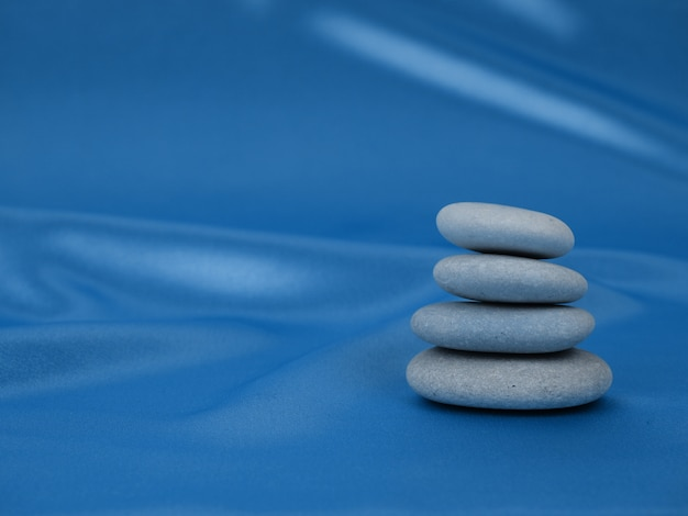 Стек дзен камни на абстрактный синий классический цвет фона гирлянд Premium Фотографии