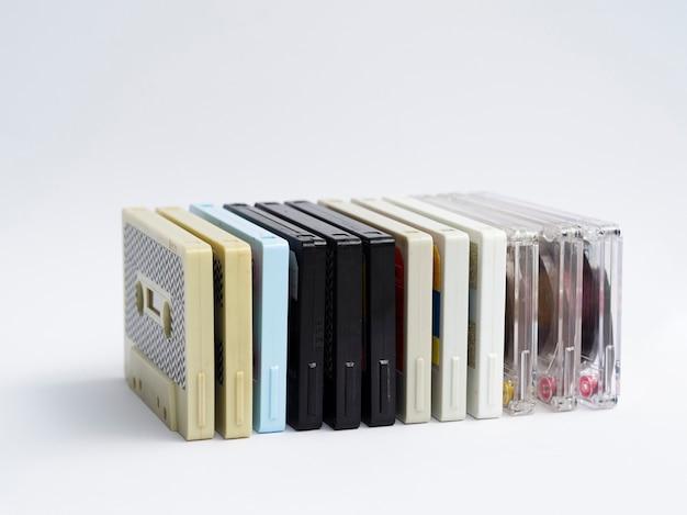 行にレトロなカセットテープを積み重ねる 無料写真