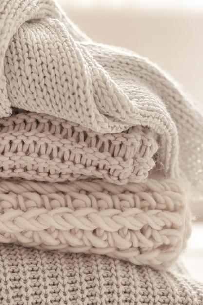 Una pila di articoli a maglia caldi su sfondo bianco sfocato. Foto Gratuite