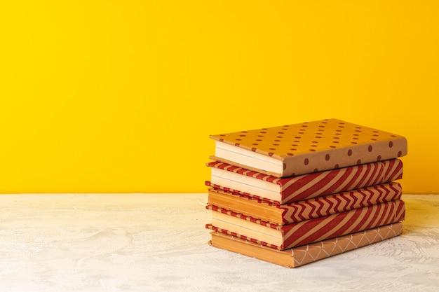 木製の机の上に積み上げられた本 Premium写真