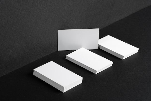 Сложенные белые визитки для фирменного стиля на черном столе Premium Фотографии