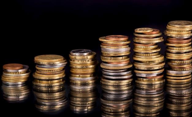 黒の異なる国のコインのスタック Premium写真