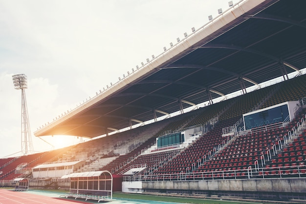 낮에 푸른 잔디 피치와 경기장 배경 무료 사진
