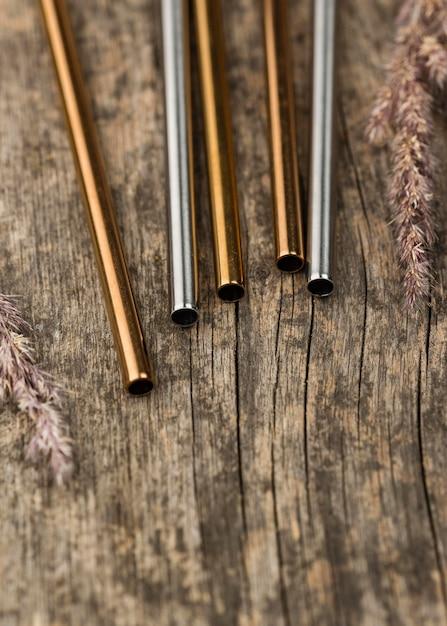 Металлические соломинки из нержавеющей стали на деревянных фоне Бесплатные Фотографии