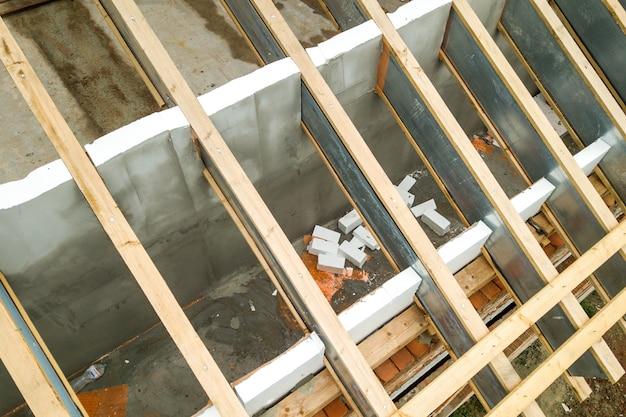 建設中のステンレス屋根構造 Premium写真