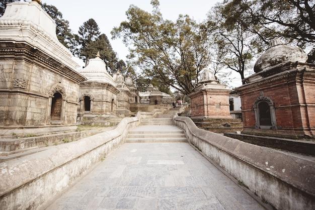Scala nel mezzo di piccole strutture in un tempio indù in nepal Foto Gratuite